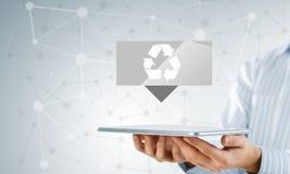 O tela táctil da mão do homem de negócios recicla ícones do sinal em uma tabuleta Fotos de Stock Royalty Free