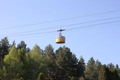 O teleférico da cor amarela foto de stock
