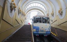 O teleférico de Kiev O interior da estação mais baixa é um stram imagens de stock royalty free
