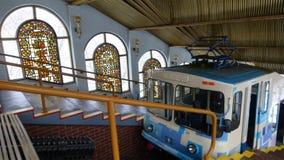 O teleférico de Kiev Interior da estação superior com um reboque fotografia de stock