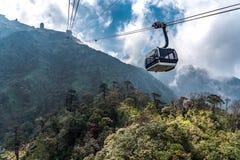 O teleférico elétrico o mais longo do mundo vai ao pico de montanha de Fansipan a montanha a mais alta em Indochina, opinião boni fotografia de stock