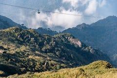 O teleférico elétrico o mais longo do mundo vai ao pico de montanha de Fansipan a montanha a mais alta em Indochina, opinião boni imagem de stock royalty free