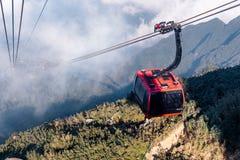 O teleférico elétrico o mais longo do mundo vai ao pico de montanha de Fansipan a montanha a mais alta em Indochina, opinião boni imagem de stock