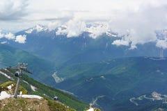 O teleférico na estância de esqui, no verão um o dia nebuloso O Cáucaso fotografia de stock