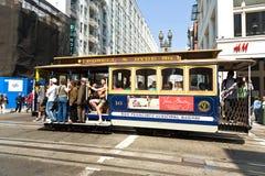 O teleférico passa a rua de Powell Imagens de Stock