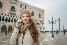 O telefone celular de fala do turista da mulher no St marca o quadrado, Veneza Foto de Stock Royalty Free
