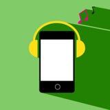 O telefone escuta música do fones de ouvido Fotos de Stock Royalty Free