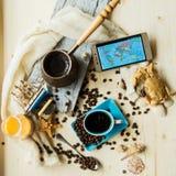 O telefone esperto da imprensa da mão com copo de café e fone de ouvido, conceito tudo pode fazer em sua mão pelo telefone espert Imagem de Stock