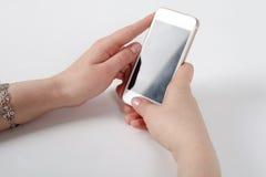 O telefone está na mão com a tela na câmera Imagens de Stock
