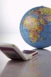 O telefone móvel conecta ao mundo Imagens de Stock Royalty Free
