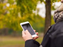 O telefone nas mãos de uma moça Fotografia de Stock
