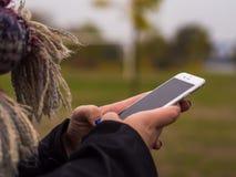 O telefone nas mãos de uma moça Foto de Stock Royalty Free