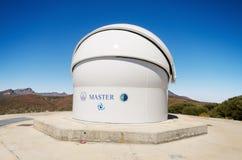 O telescópio robótico mestre e Teide repicam no fundo o 7 de julho de 2015 no obervatório astronômico de Teide, Tenerife, Espanha Imagem de Stock Royalty Free