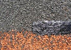 o telha-betume Textura-macio do telhado impregnou revestido material com as microplaquetas de pedra coloridos imagem de stock
