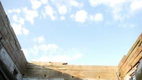 O telhado caiu na igreja arruinada de madeira velha, o céu é 2 claros video estoque