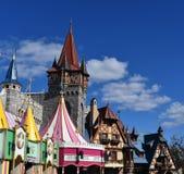 O telhado colorido cobre o céu agradável imagem de stock