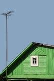 O telhado da casa com uma antena Fotografia de Stock Royalty Free