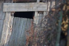 O telhado de uma casa abandonada velha na vila no inverno Dia nevado e ensolarado Casa vazia, sem povos, dilapidado, quebrados foto de stock