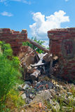 O telhado desmoronou da construção degradada Foto de Stock