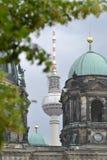 O telhado do a igreja em Berlin Mitte na frente da torre de rádio Fotos de Stock