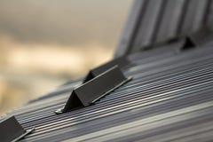 O telhado do metal de um fim da casa acima com neve guarda a segurança Fotografia de Stock Royalty Free