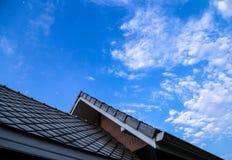 O telhado e o céu Fotos de Stock Royalty Free