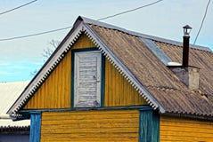 O telhado e a porta de um celeiro de madeira velho imagem de stock