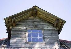 O telhado incomum da casa de madeira rural Imagem de Stock Royalty Free