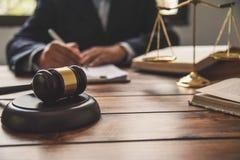 O tema da lei, malho do juiz, agentes da autoridade, eviden foto de stock