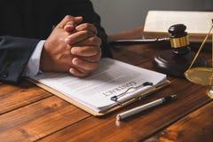 O tema da lei, malho do juiz, agentes da autoridade, eviden foto de stock royalty free