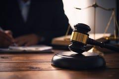 O tema da lei, malho do juiz, agentes da autoridade, eviden imagem de stock