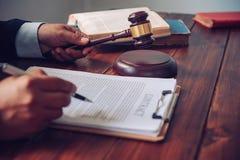 O tema da lei, malho do juiz, agentes da autoridade, eviden fotos de stock