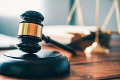 O tema da lei, malho do juiz, agentes da autoridade, eviden fotografia de stock