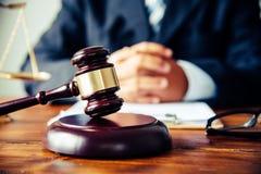 O tema da lei, malho do juiz, agentes da autoridade, eviden fotografia de stock royalty free