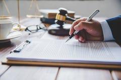 O tema da lei, malho do juiz, agentes da autoridade, eviden imagem de stock royalty free