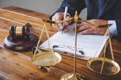 O tema da lei, malho do juiz, agentes da autoridade, eviden imagens de stock royalty free