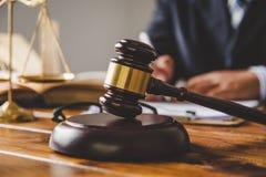 O tema da lei, malho do juiz, agentes da autoridade, eviden fotos de stock royalty free