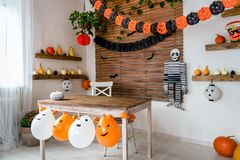 O tema de Dia das Bruxas decorou a sala de visitas Interior da casa da família da estação de Dia das Bruxas do estilo de vida Dec foto de stock royalty free