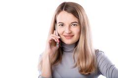 O tema de uma mulher e de conversações telefônicas de negócio A mulher caucasiano nova bonita usa um monofone do smartphone para  imagens de stock royalty free