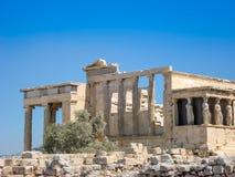 O templo antigo das colunas de mármore da cariátide do Erechtheion imagem de stock royalty free