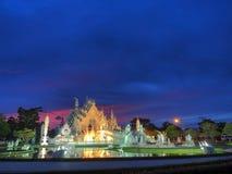 O templo branco com o céu surpreendido do por do sol Imagens de Stock Royalty Free