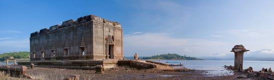 O templo budista antigo foi inundado foto de stock