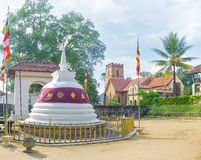 O templo budista e a igreja cristã Fotografia de Stock Royalty Free