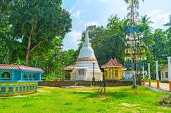 O templo budista pela estrada de Wariyapola foto de stock