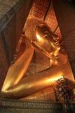 O templo da Buda de reclinação em Tailândia Imagens de Stock Royalty Free