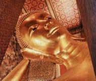 O templo da Buda de reclinação em Tailândia Fotos de Stock Royalty Free