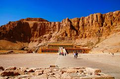 O templo da morgue de Hatshepsut, é um santuário funerário antigo, dedicado ao Amon do deus de sol imagens de stock royalty free