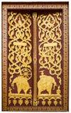 O templo da porta feito da madeira e pintado com cor bonita Fotografia de Stock