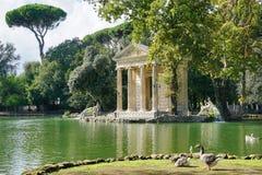 O templo de Aesculapius no lago Imagem de Stock