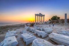 O templo de Apollo no lado no por do sol imagem de stock royalty free